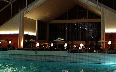 VIZスパハウスのレストランでの食事は、プールと温泉で待ち時間を過ごす